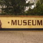 Museumsskilt ved indgangen