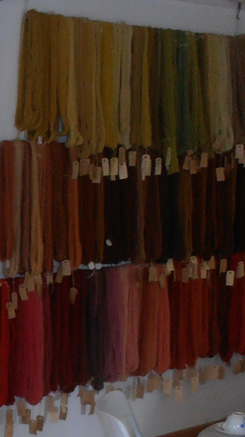 Udsnit af Ingeborg Mule Henningsens samling af plantefarvet garn